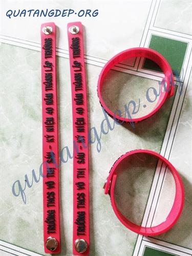 Vòng đeo tay cao su 1 bấm in theo yêu cầu